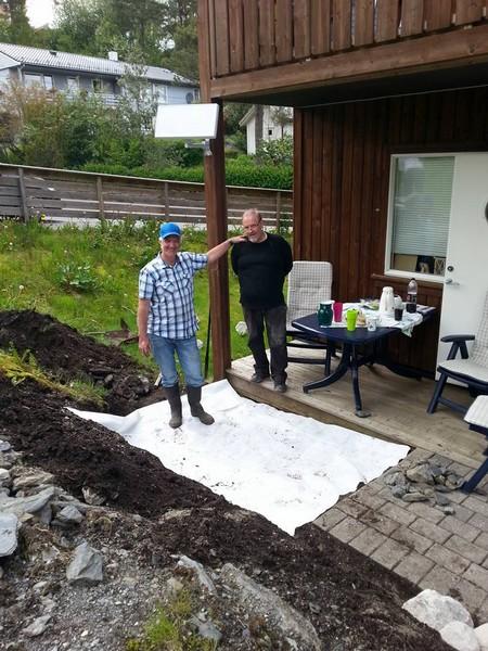 Knut og Jens byggjer terrasse